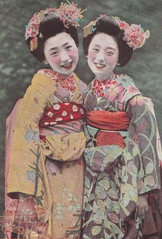 Both maiko (apprentice geisha) are wearing kanzashi (hair ornaments) for the month of July, featuring uchiwa (round fans) and dragonflies. Japanese Geisha, Japanese Beauty, Japanese Kimono, Vintage Japanese, Japanese Art, Japanese Horror, Japanese Things, Vintage Pictures, Old Pictures