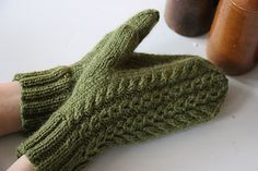 Ravelry: Hertta pattern by Essi Rajaniemi Knitted Mittens Pattern, Knit Mittens, Mitten Gloves, Knitting Patterns Free, Free Knitting, Knitting Projects, Knitting Ideas, Fingerless Gloves, Arm Warmers