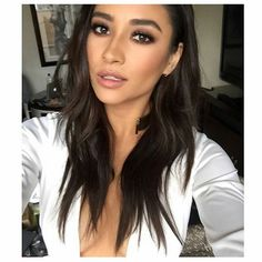 Shay Mitchell joined the rest of the 'Pretty Little Liars' cast to promote their upcoming season, and she looked gorgeous! Find out exactly how she got her beachy waves below. Beauty Makeup, Hair Makeup, Hair Beauty, Shay Mitchell Makeup, Pretty Little Liars, Esqido Lashes, Make Up Inspiration, Makeup For Brown Eyes, How To Make Hair