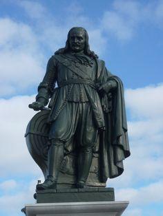Na het uitbreken van de Eerste Engelse Oorlog (1652-1654) vroeg de Zeeuwse Admiraliteit De Ruyter om als kapitein en vicecommandeur de oorlogsvloot te versterken. Met enige tegenzin stemde hij in. Daarmee begon zijn tweede carrière en zijn internationale roem. Na 1652 volgden talrijke zeeslagen waarin De Ruyter een belangrijke rol vervulde. Hij werd benoemd tot viceadmiraal van de Hollandse vloot. In 1655 verhuisde hij met zijn familie naar Amsterdam.