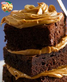 Topped with a creamy peanut butter icing, these scrumptious homemade brownies are sure to be a hit with all peanut butter and chocolate lovers. Peanut Butter Icing, Peanut Butter Brownies, Creamy Peanut Butter, Chocolate Peanut Butter, One Bowl Brownies, How To Make Brownies, Homemade Brownies, Slab Cake, Brownie Frosting