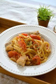 【nanapi】 生クリームを使わず作るクリームパスタ、「トマトとチキンのクリームパスタ」のレシピをご紹介します。 たくさん収穫したトマトをたっぷり入れました。チキンとトマトの相性は抜群!濃厚だけどアッサリしてる美味しいパスタです。 玉ねぎは千切り、鶏肉はひと口サイズに切ります。 ト... Spaghetti, Ethnic Recipes, Food, Essen, Meals, Yemek, Noodle, Eten