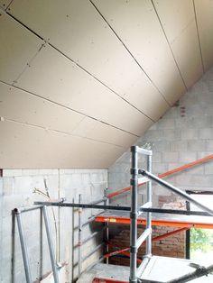Het plafond op de eerste verdieping van de aanbouw is met gipsplaten afgewerkt zodat de aanbouw nu volledig gestuct kan worden.  meer projecten: http://www.denieuwecontext.nl/ #mergel #huis #renovatie #verbouwing #bergenterblijt #bouwen #limburg #monument #schuur #aanbouw #hout #gevel #interieur #vide #exterieur #modern #eiken #kozijnen #lariks