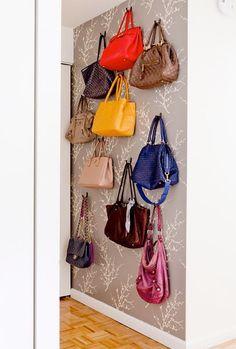 Tassen ophangen aan haakjes aan de muur