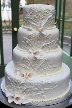 I love this wedding cake! Simple and beautiful. #weddingcakes