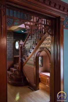 I would remove the dark wallpaper and re-paint in a lighter color as well. - I would remove the dark wallpaper and re-paint in a lighter color as well. Sie sind an der richtigen - Victorian Interiors, Victorian Era, Victorian Stairs, Victorian Windows, Victorian Home Decor, Victorian Style Homes, Interior Design Victorian, Victorian Style Furniture, Victorian House Plans