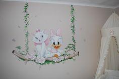Muurschildering Marie Aristocat op schommel met Katrien / Daisy Disney
