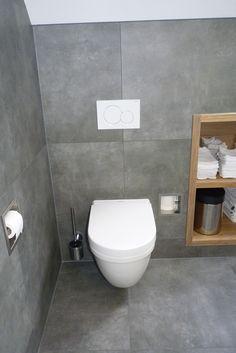 Stoere moderne badkamer met grote betonlook tegels van de vtwonen Mold tegel serie. Prachtig in combinatie met de warme kleur van het hout!