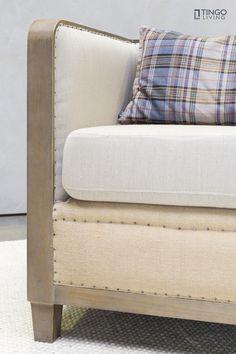 Etwas ganz besonderes ist der Cocktail-Sessel CUBO. Gestell und Füße sind aus geräucherter Eiche. Die ungewöhnliche Stoffkombination - heller Baumwollstoff und Jute - machen den tollen Vintage-Look perfekt!