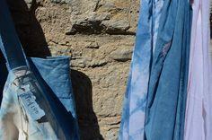 Foulards y bolsos, lino y algodon, teñidos a mano