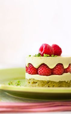 Frambuesas con Pistachos / Raspberries with Pistachios Fancy Desserts, Just Desserts, Delicious Desserts, Yummy Food, Sweet Recipes, Cake Recipes, Dessert Recipes, Cupcakes, Cupcake Cakes