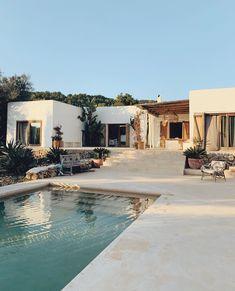 A picture perfect exterior design in Ibiza, Mallorca Cheap Home Decor, Handmade Home Decor, Future House, My House, Beautiful Homes, Beautiful Places, Beautiful Interiors, Casa Patio, Desert Homes