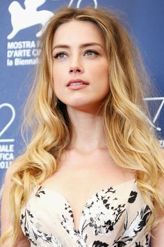 Amber Heard Long Wavy Cut - Amber Heard left her hair down with tousled waves when she attended the Venice Film Fest photocall for 'The Danish Girl. Amber Heard, Blonde Celebrities, Celebs, Alicia Vikander Oscars, The Danish Girl, Hollywood Actresses, Girl Photos, Her Hair, Folk