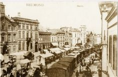 """De tram de """"Goede Moordenaar"""" rijdt tussen de marktkramen door het centrum van Helmond. Ook hier zal de trambel een door alle bewoners gehoord zijn."""