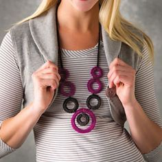You'll be dressed to party in this fun, glitzy necklace created with different-size split rings which are crocheted over in black and sparkling fuchsia yarn. Crochet Rings, Crochet Sandals, Crochet Bracelet, Knit Crochet, Crochet Jewellery, Crochet Necklace Pattern, Knitted Necklace, Diy Necklace, Necklaces