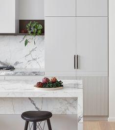 Luminary Hawthorn - Mim Design Photography by Peter Clarke Kitchen Shelves, Kitchen Backsplash, Kitchen Cabinets, Kitchen Island, Kitchen Peninsula, Wall Cabinets, Kitchen Worktop, Backsplash Ideas, Kitchen Flooring