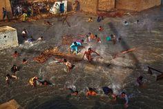 Inondations au Pakistan - Les habitants tentent d'échapper aux violentes inondations provoquées par des pluies torrentielles. - En juillet 2010, l'Australien Daniel Berehulak a photographié les dégâts induits par les crues du fleuve Indus. ==> http://www.danielberehulak.com/pakistan/floods/thumbs