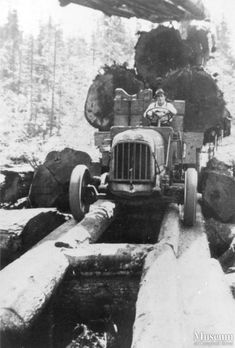 Vintage Trucks Classic Early logging truck on a fore-an-aft road Antique Trucks, Vintage Trucks, Cool Trucks, Big Trucks, Lifted Trucks, Pickup Trucks, Photos Du, Old Photos, Vintage Photographs