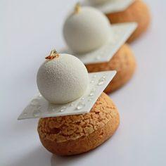 """337 mentions J'aime, 21 commentaires - Анюта (@turlakoshka) sur Instagram : """"Шу с карамелью и шариком мусса. Десерт был снят на белом и чёрном фонах.Категорически не нравятся…"""""""