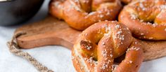 Thermomix Pretzels are an absolute treat for the whole family. Make these salty, authentic pretzels with cheese dip in your Thermomix. Step by step recipe. Thermomix Bread, Thermomix Desserts, Pretzel Cheese, Pretzel Bread, Wheat Beer, Caraway Seeds, Latest Recipe, Creme Fraiche, Pretzels