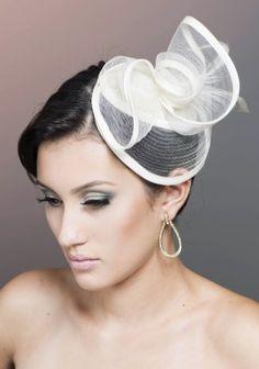 Letícia Akemi / <b>Moderna</b>: A mulher moderna é aquela que preza por praticidade e conforto. Uma noiva moderna, portanto, não se importa, por exemplo, em fazer seu próprio penteado. Ela se conhece o suficiente para saber que cor usar na maquiagem, e não hesita em usá-la. A palavra de ordem aqui é simplicidade e minimalismo – mas é isso que dá o charme, afinal. Basta um coque torcidinho na lateral e uma tiara nos cabelos, dessas no estilo casquete, com penas e laços. A mulher moderna não…