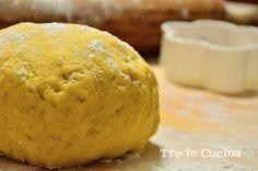 La pasta frolla per biscotti è una pasta frolla molto friabile, ideale per biscotti morbidi! I biscotti che otterrete andranno a ruba soprattutto tra i bimbi, saranno ideali da spugnare nel latte o anche solo per la merenda.