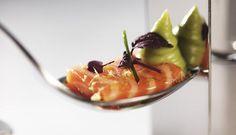Råmarinert ørret med avokadokrem. Dette er oppskriften på en lekker forrett eller innslag på tapasbordet. Fargespillet mellom ørret og avokado skaper garantert forventning, som smaken oppfyller.