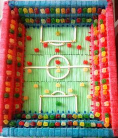 Tarta estadio www.pomponsweet.es Fantasy Cake, Candy Pop, Candy Cakes, Diy Presents, Candy Bouquet, Ideas Para Fiestas, Food Decoration, Birthday Crafts, Sweet Cakes