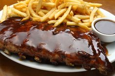 "costela do outback ""Ribs on the Barbie"" (oficial) Sauce Barbecue, Barbecue Recipes, Meat Steak, Ribs, Good Food, Yummy Food, Salty Foods, Western Food, Portuguese Recipes"