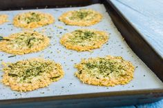 Real Cheese Chips Cheese turns in to a crispy and delicious cracker-like snack when baked. Find out how to make these easy cheese chips snack. Parmesan Chips, Cetogenic Diet, Real Food Recipes, Snack Recipes, Keto Snacks, Low Carb Chips, Cheese Chips, Wellness Mama, South Beach Diet