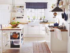 Dunkles, schweres Holz - das war einmal. Country-Küchen präsentieren sich heute leicht und frisch. Typische Merkmale sind helle Farben und Naturholz. Wir zeigen Ihnen, wie die moderne Interpretation des Stils auch bei Ihnen einzieht.