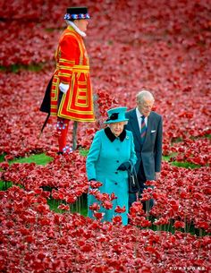 Queen Elizabeth II and Prince Philip, Duke of Edinburgh, visited the Blood Swept Lands and Seas of Red installation at the Tower of London on Thursday. God Save the Queen Hm The Queen, Her Majesty The Queen, King Queen, Cow Girl, Cow Boys, Commonwealth, Prinz Philip, Duke Edinburgh, Princesa Kate Middleton