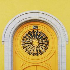 #letthesunshine today lisboa! #gooutside and #enjoythesun before #spring rolls in. #sun #beautifulday #yellow #doors