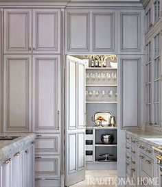 Love the hidden pantry door! In this kitchen, the pantry door is integrated into the cabinets, creating the effect of an elegant paneled wall. Smart Kitchen, Kitchen Storage, Kitchen Pantry, Kitchen Grey, Kitchen Ideas, Pantry Ideas, Brass Kitchen, Open Kitchen, Diy Storage