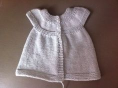 Patron d'une petite robe au tricot - tuto gratuit                                                                                                                                                                                 Plus Knit Baby Dress, Baby Cardigan, Sweater Vest Outfit, Tricot Baby, Baby Couture, Baby Sweaters, Baby Knitting, Kids Outfits, Elegant