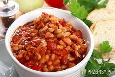 Suchą fasolę namocz dzień wcześniej, na około 24 godziny w zimnej wodzie. Następnie ugotuj ją, by stała się miękka.  Pokrój cebulę, paprykę i boczek w około centymetrowej grubości kostkę.  Podsmaż boczek na patelni (jeśli wytopiło się dużo tłuszczu, część możesz odlać), dodaj kolejno cebulę i paprykę. Dodaj również koncentrat pomidorowy i jeszcze chwilę podsmaż.  Dodaj ugotowaną fasolę, ketchup, rozkruszony kminek, rozdrobniony czosnek oraz kostki Bulionu na wędzonym boczku Knorr. Całość ... Polish Recipes, Kung Pao Chicken, Chana Masala, Ketchup, Main Dishes, Cooking Recipes, Dinner, Vegetables, Ethnic Recipes