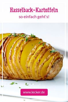 Hasselback potatoes are a simple gourmet meal, in which the potato is cut and baked in the oven. If you like, you can fill and vary the fan potatoes in a variety of ways. Great as a side dish of potatoes with lettuce, pan-fried or pan-fried vegetables! Hasselback Potatoes, Easy Potato Skins Recipe, Potato Recipes, Vegetarian Sweets, Fried Vegetables, Vegetable Drinks, Healthy Cooking, Dinner Recipes, Salads