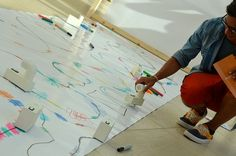 A música é manifestação artística e terapia. A necessidade de estar em contato com ela e sua importância no cotidiano foi o que motivou o designer japonês Yuri Suzuki a criar o projeto Looks like music. A instalação, desenvolvida para o museu MUDAM Luxembourg, em 2013. foi a maneira que o artista, que sofre de dislexia, encontrou para criar música.