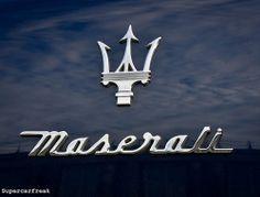 It is het logo van Maserati een Italiaans auto merk met autos in de categorie luxe en sport. Het logo heeft iets weg van een drietant maar door het roest vrij staal oogt het zeer luxe. De naam lijkt ook met de hand geschreven. Dat maakt het zo sierlijk en luxe