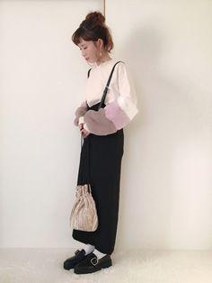可愛いファースリーブのトップスに 大人っぽいタイトスカートや バックルシューズ合わせで 甘さを抑え