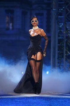 Victoria's Secret Fashion Show 2012 Rihanna at Victoria's Secret Fashion Show 2012 Viv Westwood dres Moda Rihanna, Rihanna Fenty, Top Fashion, Vs Fashion Shows, Latest Fashion, Couture Fashion, Womens Fashion, Queen Fashion, Fashion Styles