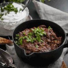"""Tommy Myllymäkis populära """"lördagschili"""", en otroligt mustig och god gryta som kräver sina 3 timmar på spisen. Som tur är går den på ett kick att förbereda och sköter sig sedan själv på spisen. Så jag kan varmt rekommendera att koka ihop din goda chili en- två dagar i förväg för en lugn och lustfylld måltid. (Tastelines matkasse v8 2014)"""
