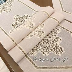 "Rabia piko çeyiz ev tekstili on Instagram: ""🌸🌸Soft renkli salon takımı🌸@rabiapiko🌸 Renk tonunu tutturmak bir sanat işi..!!!!! danteller beyaz olursa @rabiapiko da  kumaş rengine…"" Crochet Baby Dress Pattern, Crochet Decoration, Table Covers, Diy Crochet, Diy And Crafts, Chokers, Home Decor, Tableware, Embroidered Towels"