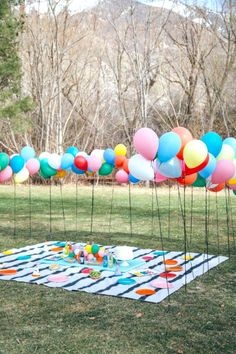 Throw a birthday party in the park with colorful balloons! 2019 Throw a birthday party in the park with colorful balloons! The post Throw a birthday party in the park with colorful balloons! 2019 appeared first on Birthday ideas. Picnic Birthday, Summer Birthday, 1st Birthday Parties, Diy Birthday, Party Summer, Backyard Birthday, Summer Picnic, Birthday Cake, Spring Birthday Party Ideas