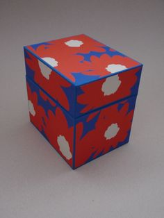 Box covered with bookbinding cloth and paper with big flowers all around Big Flowers, Covered Boxes, Bookbinding, Decorative Boxes, Paper, Books, Handmade, Home Decor, Livros