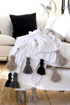 Hauska ja hieman boheemi tupsutorkkupeitto valmistuu yhdessä illassa, eikä vaadi kummoisia kädentaitoja tekijältään. Tarvitset: Villalankaa Pala... Shabby Chic Decor, Boho Decor, Diy Crafts Crochet, Crochet Carpet, Modern Crochet Patterns, Easy Crochet Blanket, Diy Tassel, Fur Blanket, Cute Room Decor