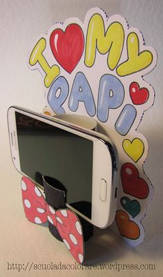 Porta cellulare per la festa del papà. È uno dei tanti lavoretti per bambini c. Cell phone holder for Father's Day. It is one of the many jobs for children that you can find on the site www. Popsicle Stick Crafts, Craft Stick Crafts, Crafts For Kids, Diy Crafts, I Love You Mom, Mom And Dad, Fathers Day Gifts, Gifts For Dad, Brick Crafts