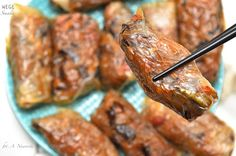 Pieczone sajgonki wege  Składniki na ok. 12 sajgonek:  - 12-14 arkuszy papieru ryżowego (ja wybrałam Tao Tao) - 1 średnia marchewka - 1 średnia cebulka - garść kiełków fasoli mung - 1/4 niewielkiego pora - 4-5 grzybków mun - 130 g makaronu sojowego - 4 łyżki sosu sojowego - 3/4 łyżeczki imbiru - 1/2 łyżeczki cynamonu - olej - opcjonalnie: niewielka papryczka chilli - ewentualnie dla osób mających mniej czasu: zamiast świeżych warzyw, możecie kupić mieszankę chińską np. Hortexu i jej użyć…