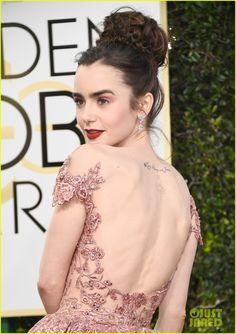 Lily Collins' Golden Globes 2017 Dress Makes Her Look Like a Princess!: Photo The red carpet only just started at the 2017 Golden Globe Awards, but we already know that Lily Collins will be on the best dressed list tonight! Lily Collins Golden Globes 2017, Celebrities Hairstyles, Celebrities Tattoos, Lily Collins Hair, Ashley Green, Photo Portrait, Glamour, Celebrity Style, Celebrity Moms