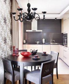 runder Esstisch in Dunkelgrau und creme Hochglanz-Küche